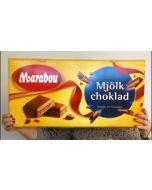 En pakke av marabou melkesjokolade som blir holdt av en person for å vise hvor stor den er!
