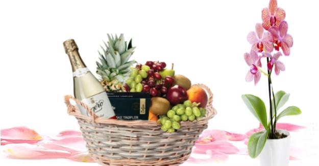 fruktkurv som gaver på døra